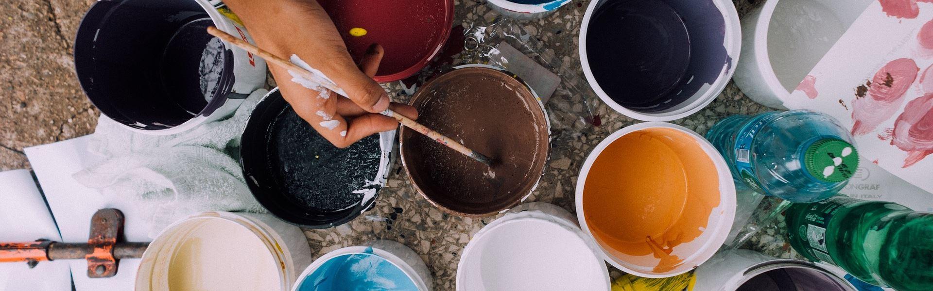 Maler mit verschiedenen Farben